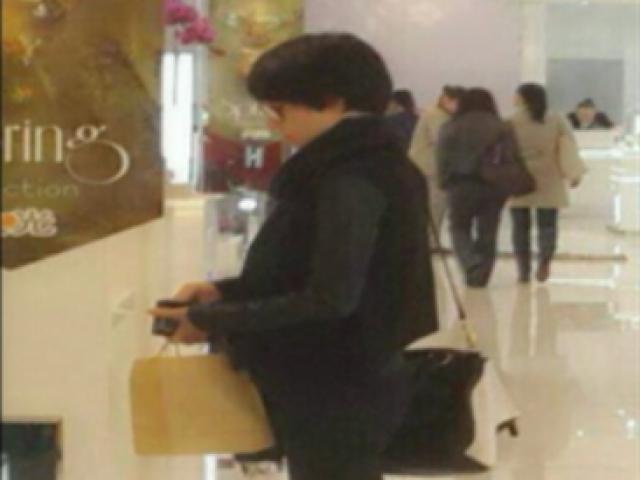 马伊琍出现在上海某商场购买化妆品
